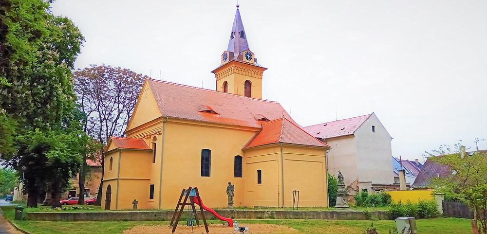 Poutní místo kostel svatého Kříže v Údlicích pochází už z románské doby