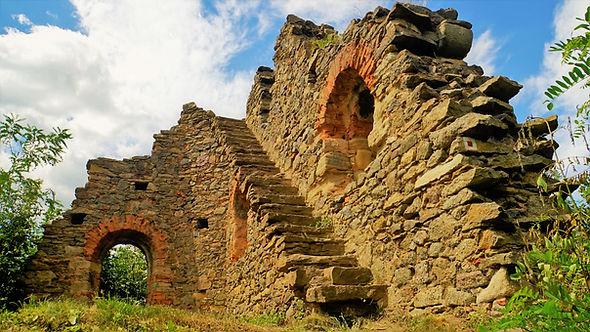 Umělá romantická stavba ze 40. let 19. století, která je vydávána za zříceninu hradu Petršpurk