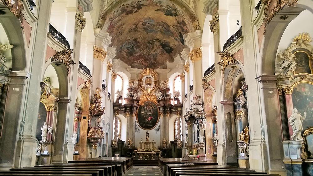 Interiér olomouckého Kostela Panny Marie Sněžné