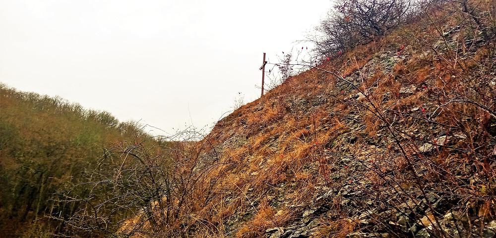 Svatoprokopský kříž stojí dnes na skále na extrémně nepřístupném místě