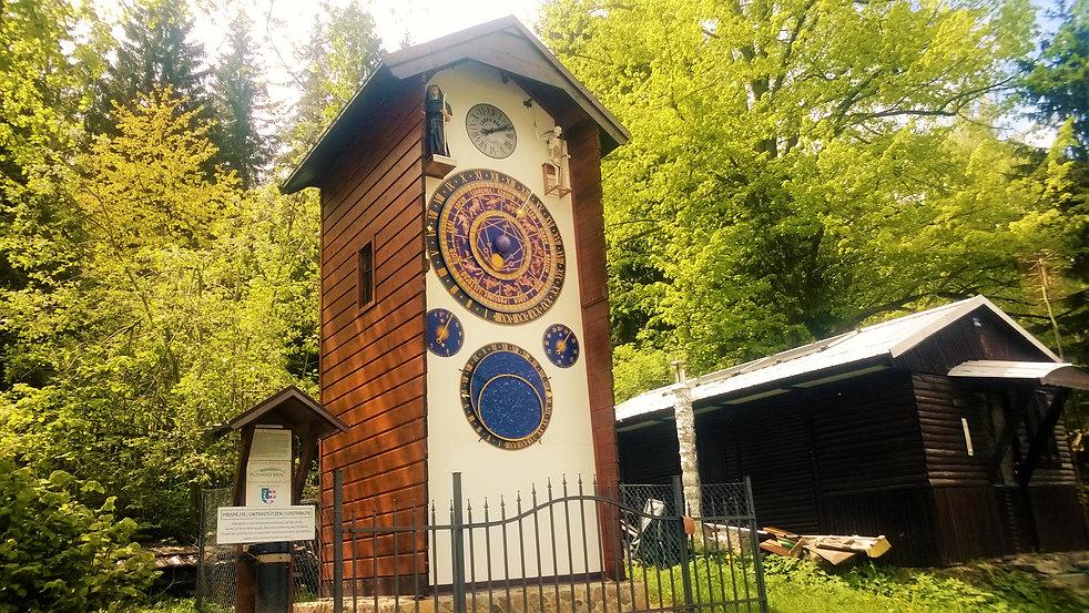 Šumavský orloj v Hojsově Stráži.jpg