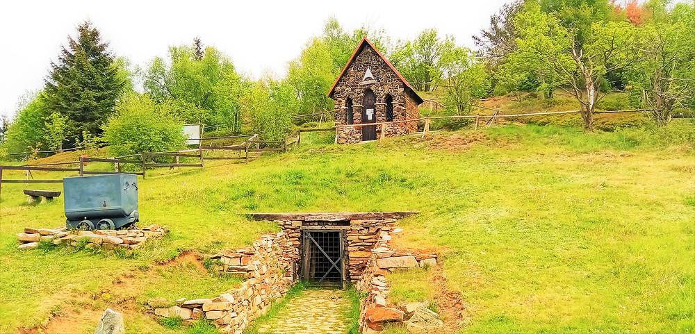 Horská modlitebna Kaple Nejsvětějšího srdce Ježišova na vrchu Mědník a pod ní bývalá štola Země zaslíbená