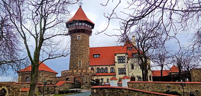 Štíhlá věž hradu Hněvín nabízí výhled do širokého kraje