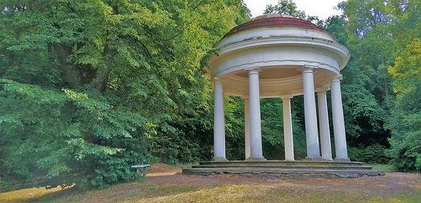 Do Glorietu v zámeckém anglickém parku Krásný Dvůr měla být umístěna mramorová busta hraběnky Černínové