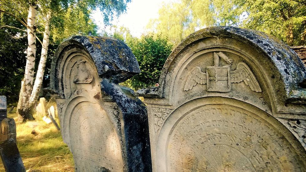 Souznění náhrobků na židovském hřbitově