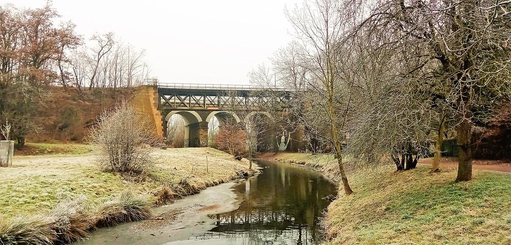Trojmocný železniční most je hraniční čárou mezi Hrdlořezy a Hloubětínem