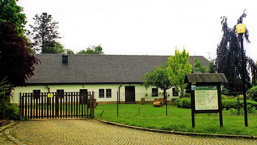 Bývalá budova Zámecké oranžerie v Bludově dnes slouží jako zahradnictví
