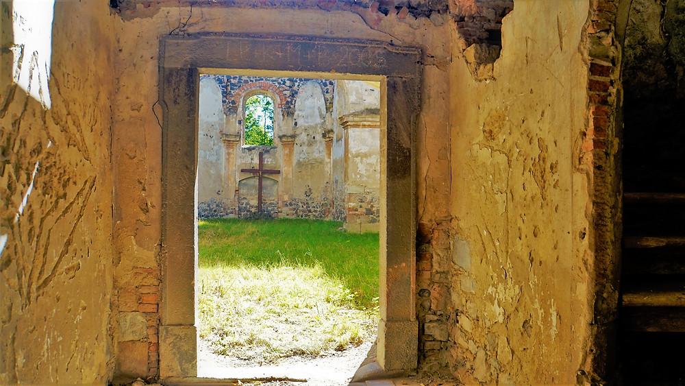 Vstupní prostor do zbořeného kostela svatého Michaela v Krásném Dvoře