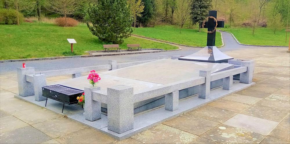 Symbolický žulový hrob se jmény všech obětí masakru v Památníku obětí II. světové války v Javoříčku