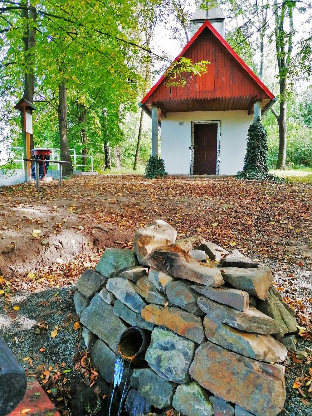 Kaple svaté Anny v Křenovicích byla dřív poutním místem se zázračnou vodou; vlivem nevhodných hnojiv dnes není voda ani pitná