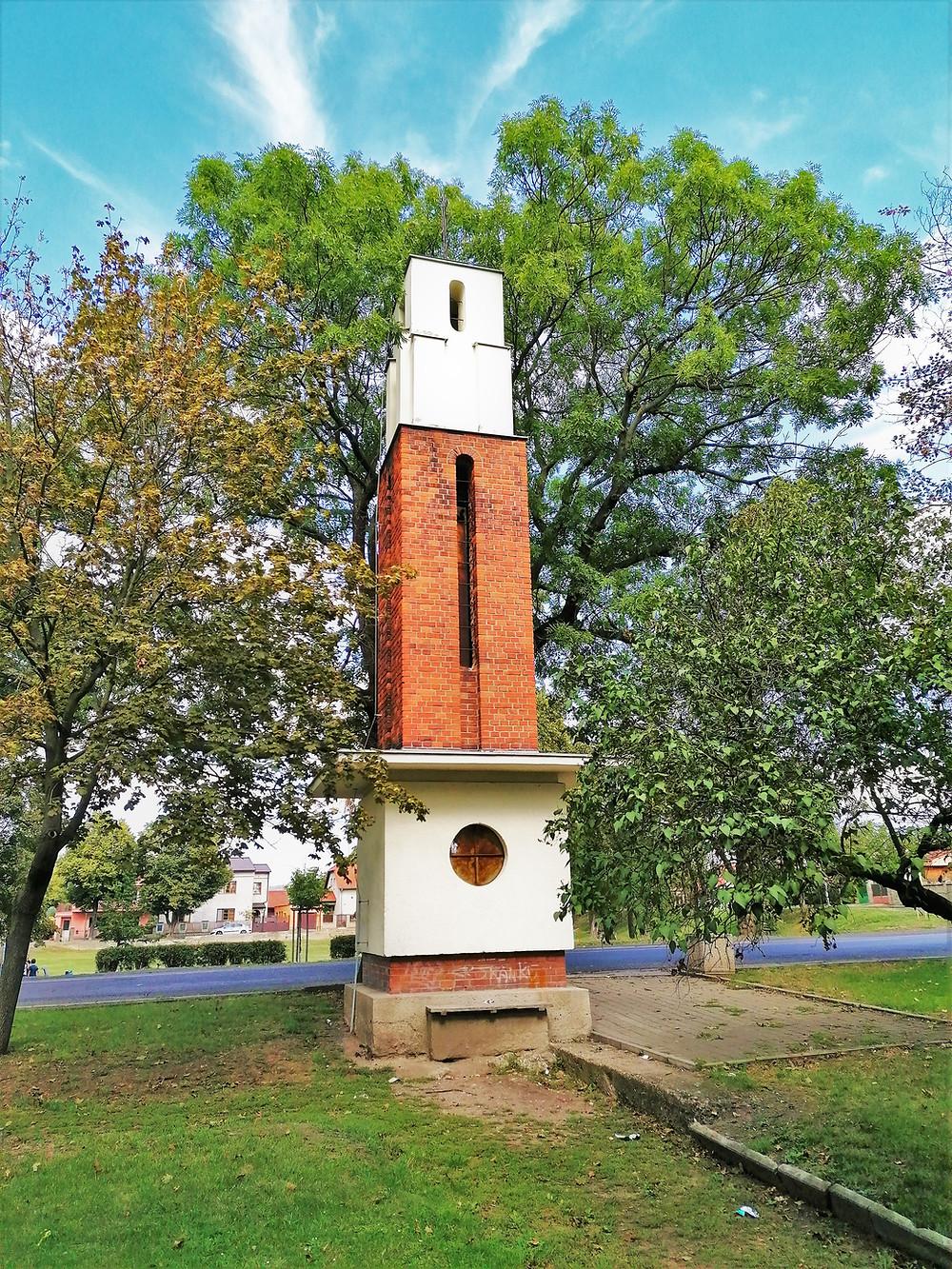 Husova zvonice v Lenešicích byla postavena v roce 1938