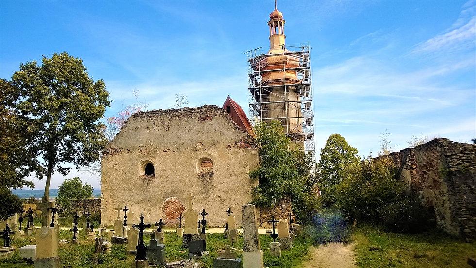 Z trosek vstávájící kostel svatého Mikul