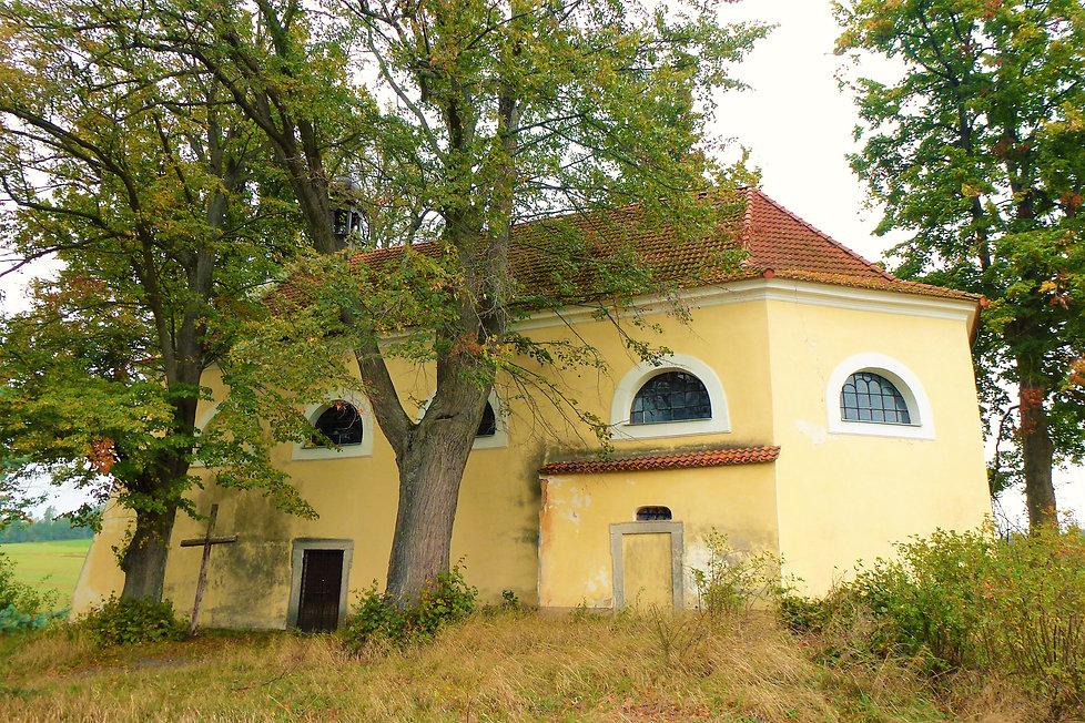 Kostel_svaté_Apoleny_posazený_na_kopci