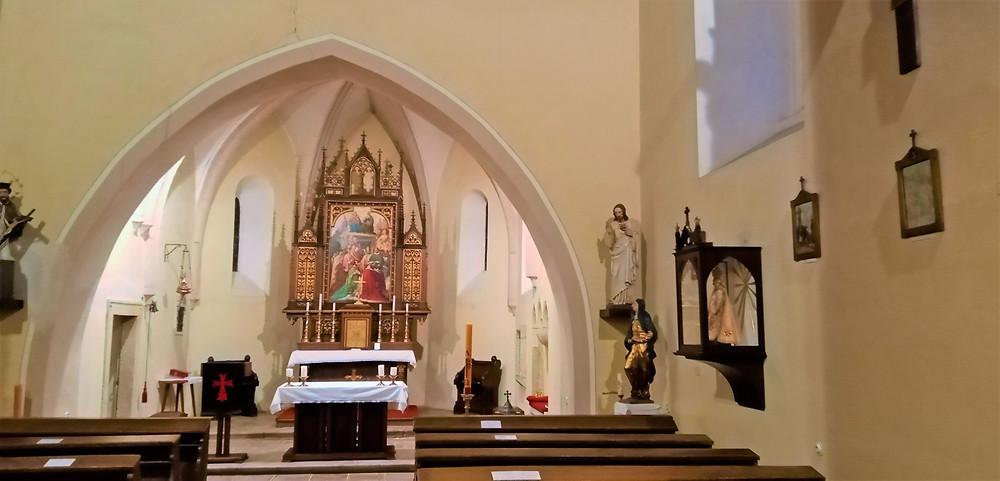 Interiér raně gotického kostela Všech svatých ve Slivenci
