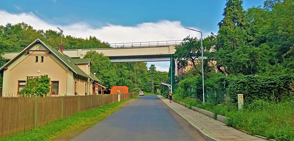 Pohled ze silnice na Chomutovský akvadukt, po kterém je veden Krušnohorský přivaděč