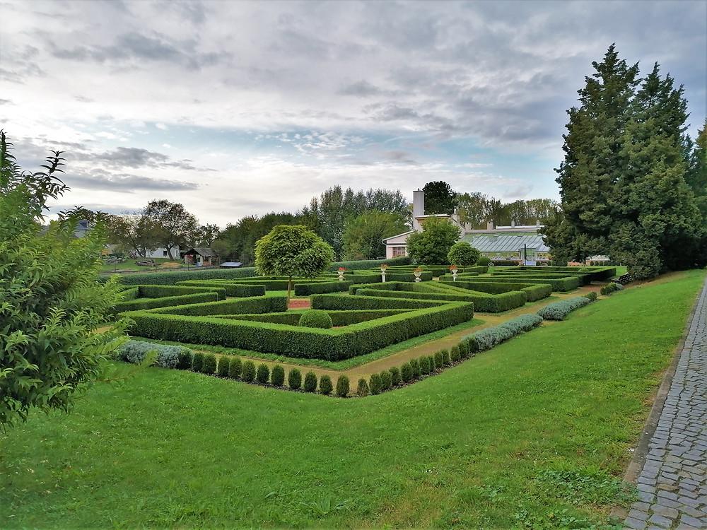 K zámku Rokytnice patří i zahrada s francouzskou úpravou