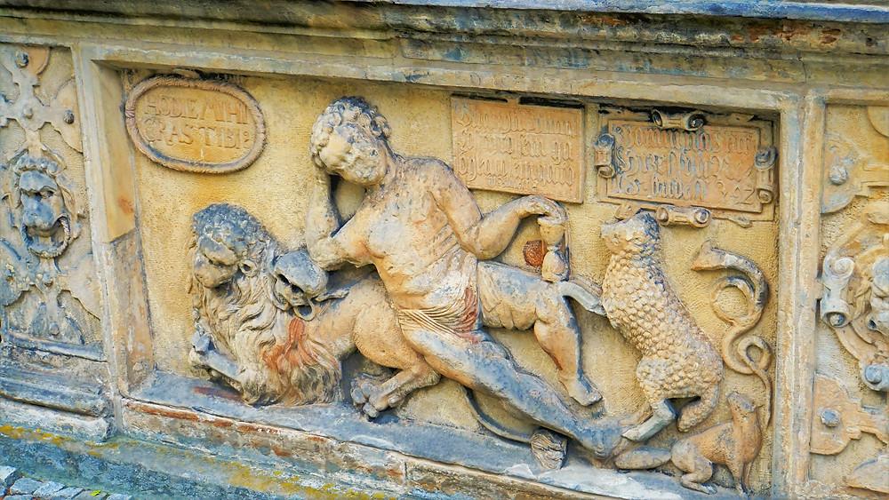 Na spodní reliéfní výzdobě vidíme na hrobce Bukůwků z Bukůwky Putto, což je symbol člověka mezi alegoriemi zatracení a spásy