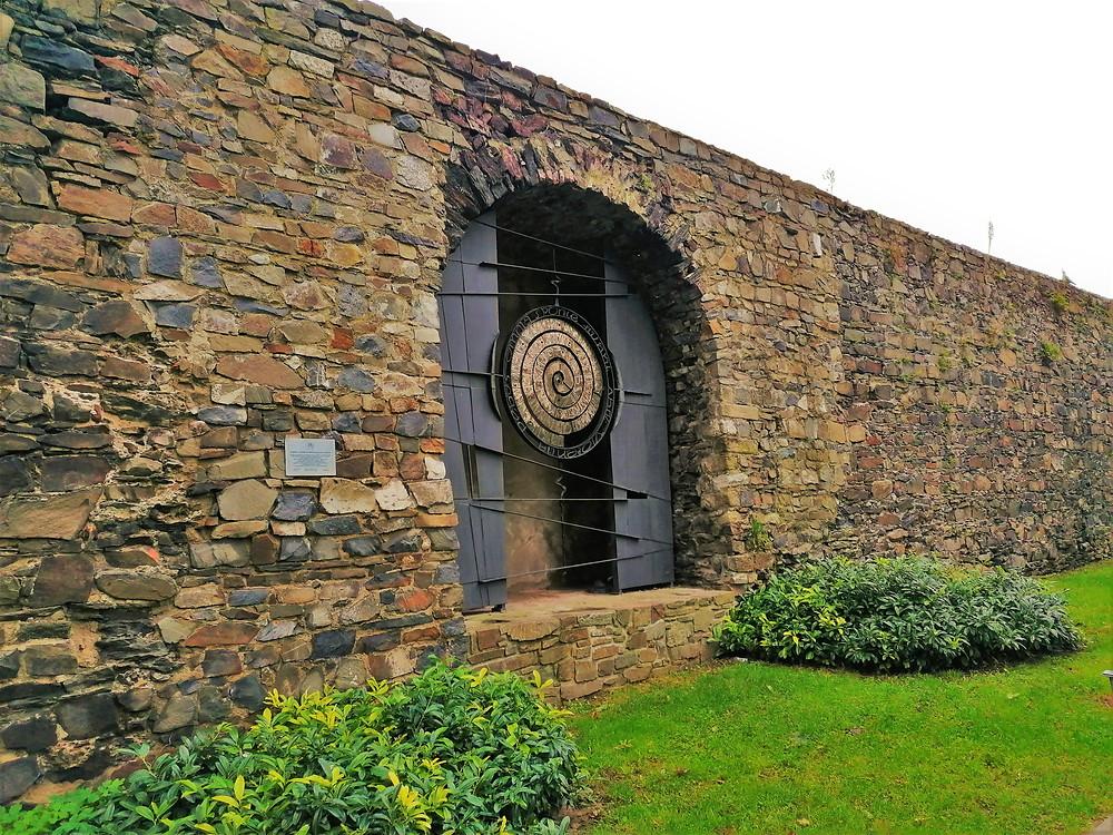 Kovová plastika Otevřená brána vycházející z učení Jana Amose Komenského zdobí hradby Lipníka nad Bečvou