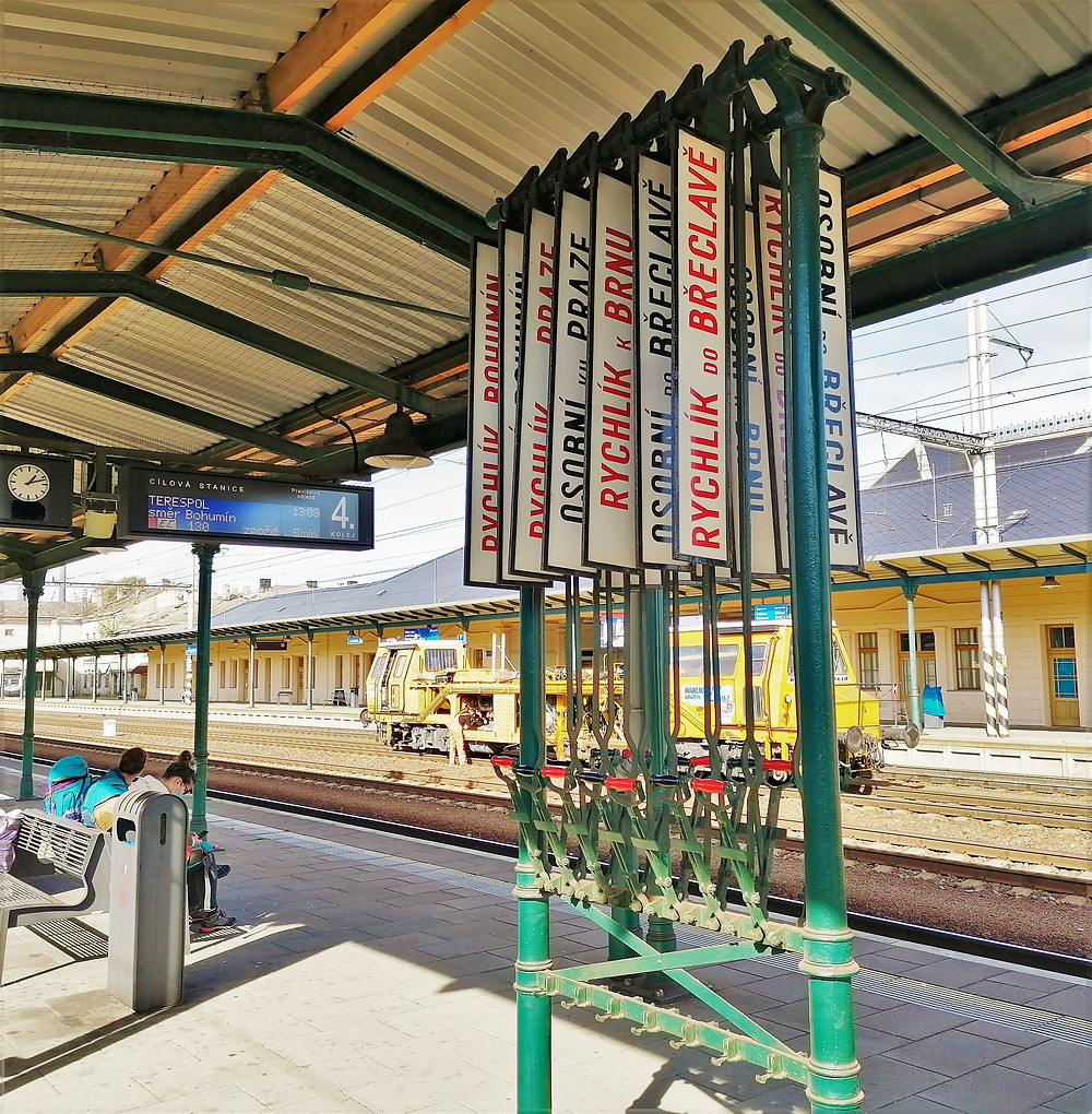 Historické směrovníky na II. přerovském nástupišti železničního nádraží