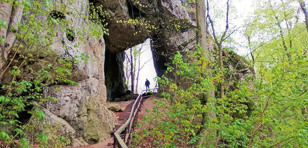 Porovnání velikostí v největší moravské skalní bráně pod Zkamenělým zámkem