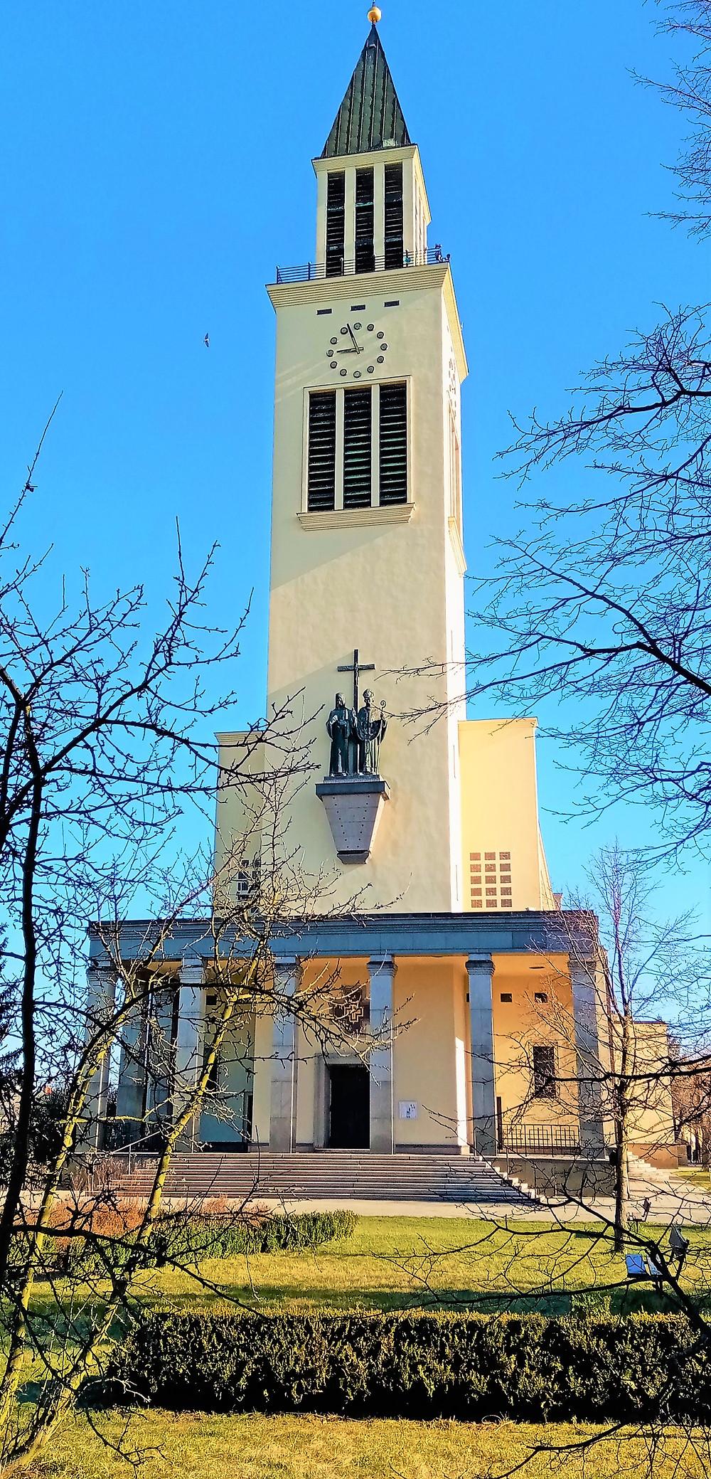 Kostel svatých Cyrila a Metoděje v olomoucké části Řepčín je do daleka viditelný kvůli své 65 metrů vysoké věži