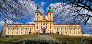 Poutní alej končí těsně pod Bazilikou Navštívení Panny Marie na Svatém Kopečku v Samotiškách, části Olomouce