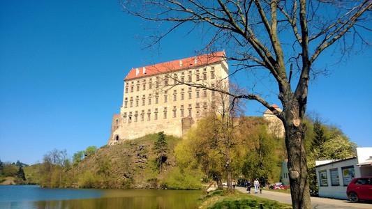 Plumlovský zámek je nepřehlédnutelný několik kilometrů daleko
