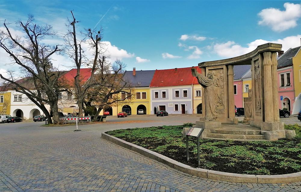 Středobodem Horního náměstí v Přerově je socha Jana Blahoslava od Františka Bílka