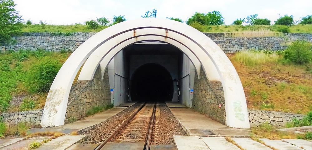 Ražba druhého nejdelšího tunelu v České republice - Březenského se o dva roky protáhla, protože v průběhu stavby došlo k sedmdesátimetrovému závalu