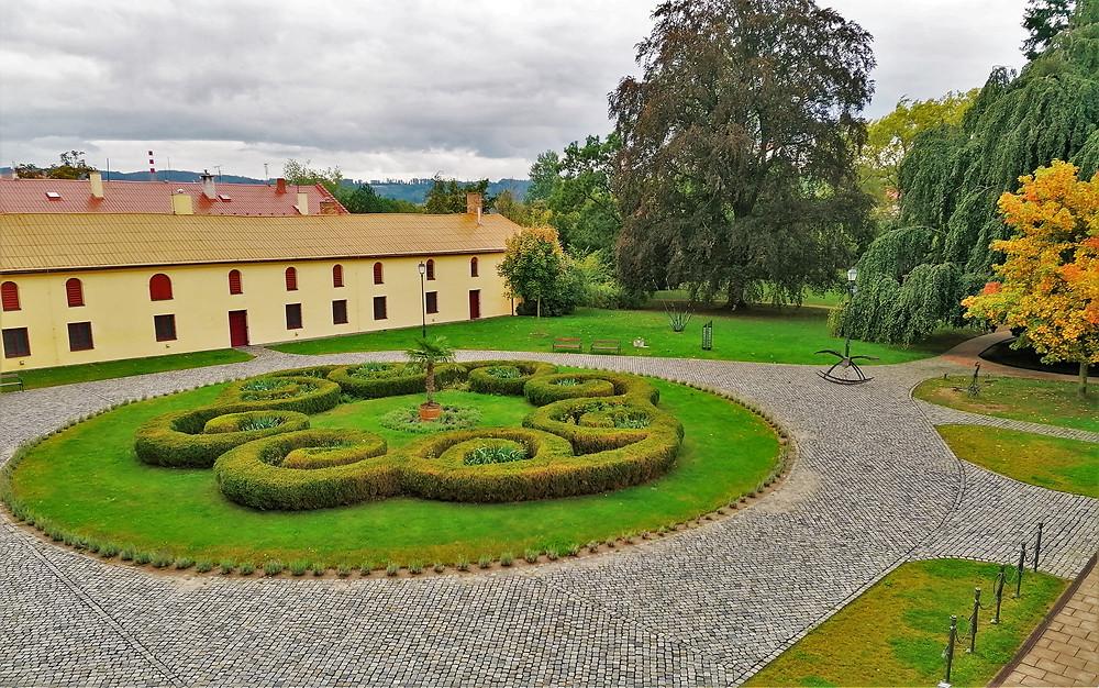 Nádvoří zámku v Lipníku nad Bečvou je tvořeno zámkem, stájemi, hospodářskými budovami a parkem