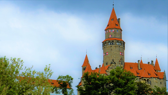 Mraky nad hradem Bouzov věští déšť