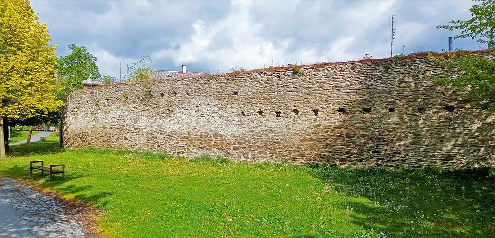 Městské opevnění v Litovli pochází ze 14. století; dnes však najdeme už jen zbytky; poradilo si s ním švédské vojsko za třicetileté války