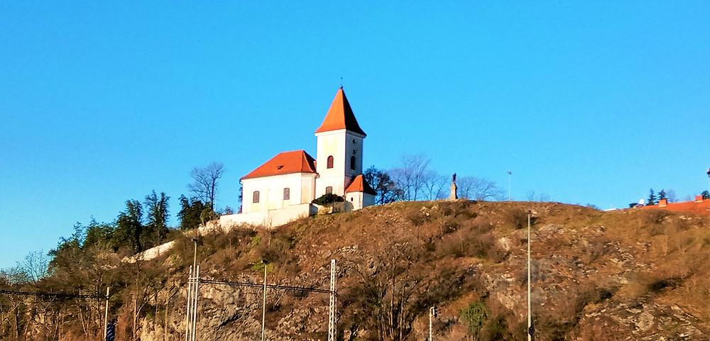 Kostel svatých Filipa a Jakuba na Zlíchově při pohledu z vltavského břehu
