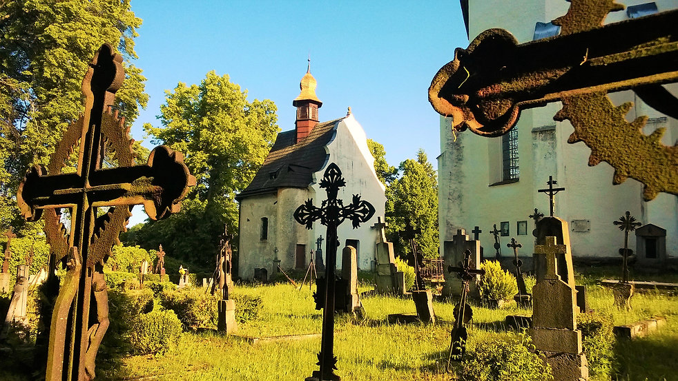 Zákoutí se starými křížy na hřbitově v K