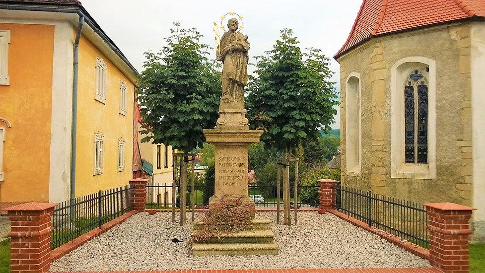 x - Socha svatého Jana Nepomuckého v Pob