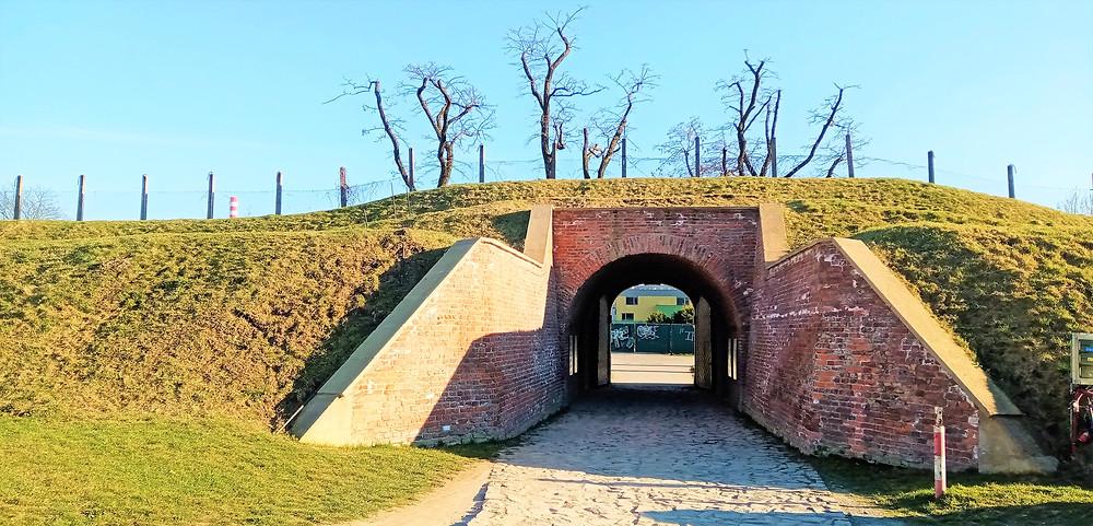 Korunní pevnůstka byla vlastně mezibodem při obraně města mezi městskými hradbami a forty, které ležely za hranicemi města
