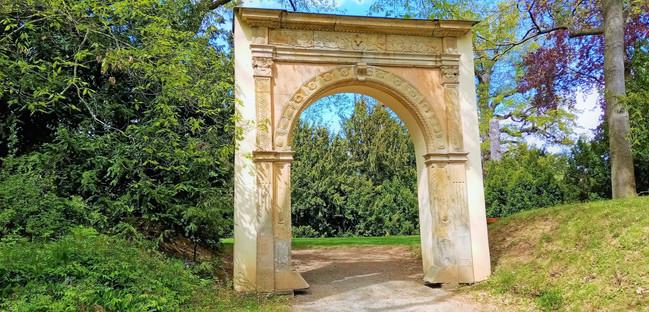 Brána do dřívější konírny dnes působí v arboretu v Bílé Lhotě jako jedna z romantických staveb