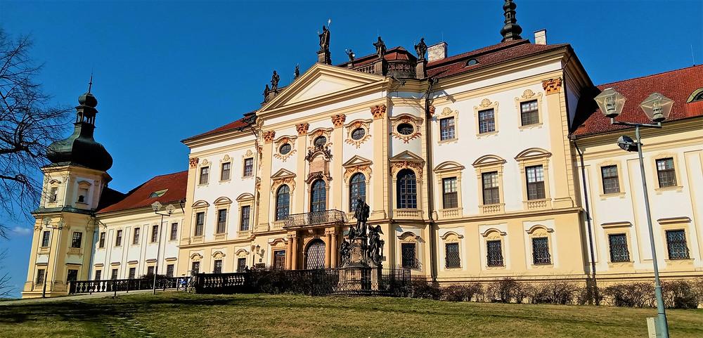 V bývalém premonstrátském klášteře Hradisko je dnes vojenská nemocnice Olomouc