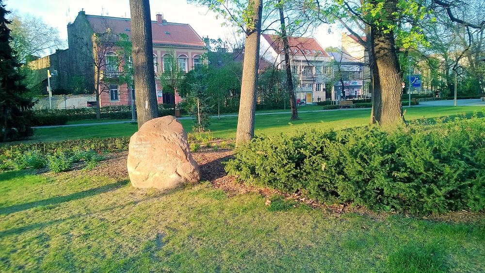 Bludný kámen ve Smetanových sadech v Prostějově, který sem za doby ledové dorazil až z Finska
