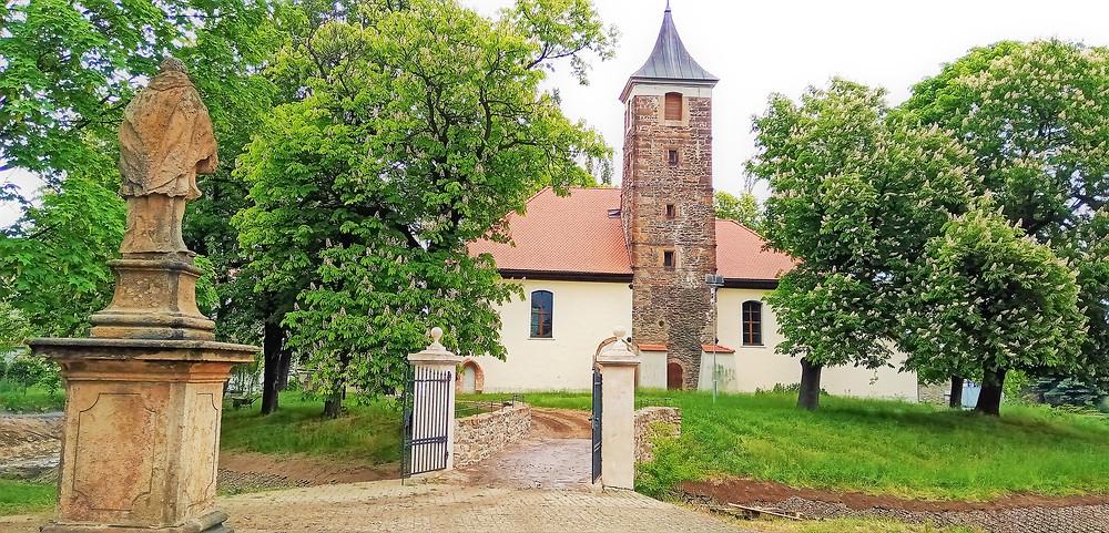 Zcela unikátní obranný kostel, vystavený na umělém ostrůvku - kostel svatého Bartoloměje ve Spořicích