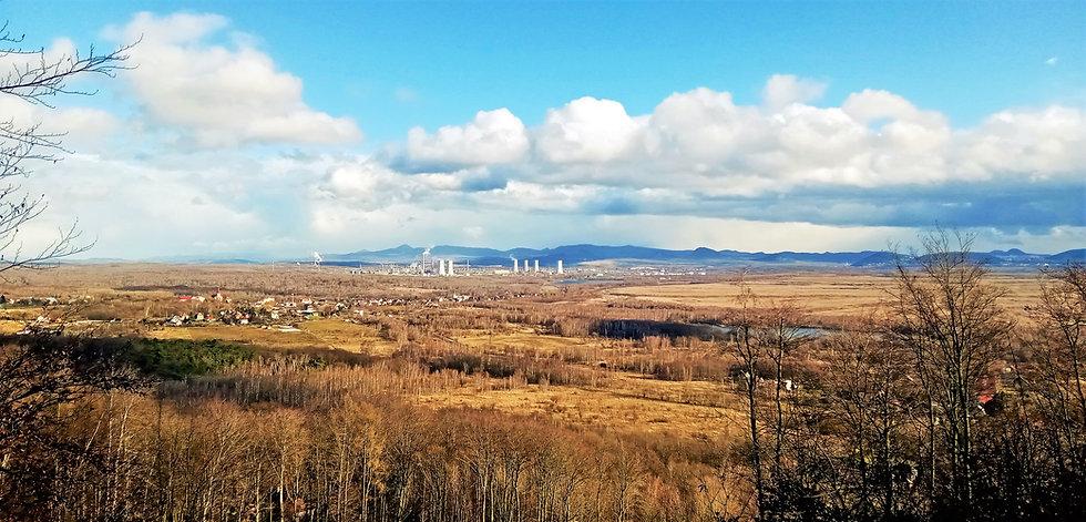Pohled na Horní Jiřetín a chemické závody v Záluží tak jak je nabízí Dolní vyhlídka Poustevnických skal