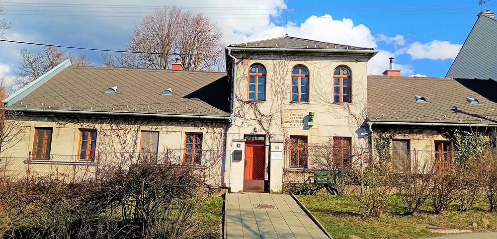 Vila Jiřího Wolkera; zde u svých příbuzných slavný básník prožíval prázdniny a čerpal inspiraci na své básnické sbírky