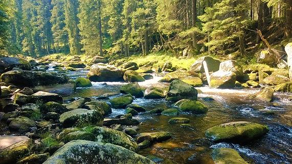 Už zase skáčeme přes kameny v řece Vydře