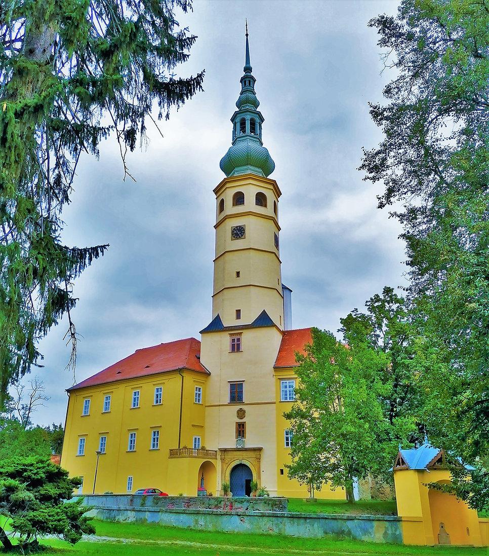 Věž Tovačovského zámku patří k nejvyšším v České republice