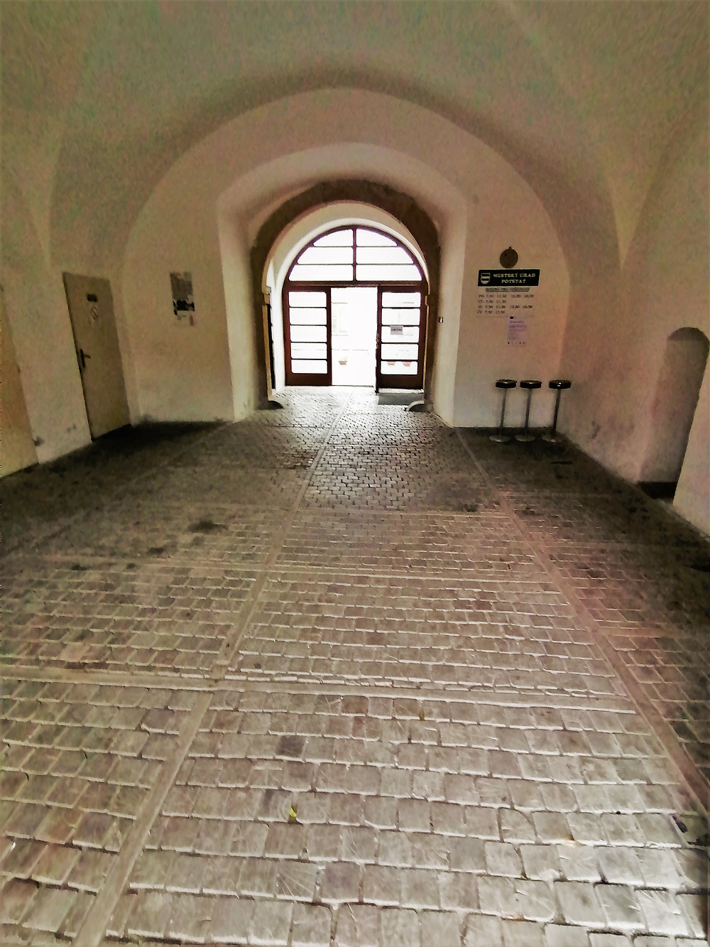 V průjezdní bráně zámku Potštát najdeme ještě dnes už velmi vzácné dřevěné dlažební kostky