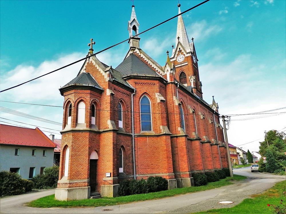 Polkovický kostel svatého Bartoloměje je jasnou dominantou obce
