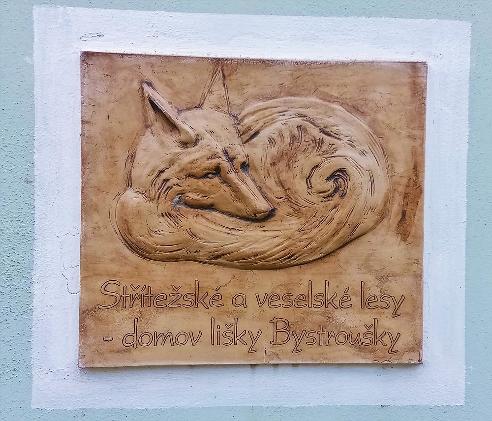 Liška Bystrouška má na hájence v Pavlově i vlastní vývěsní štít