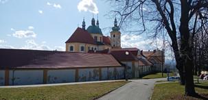 Pohled na vnější část ambitu u NKP Baziliky Navštívení Panny Marie na Svatém Kopečku