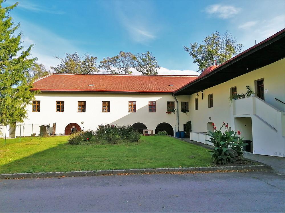 Vnitřní pohled na předzámčí zámku Dřevohostice