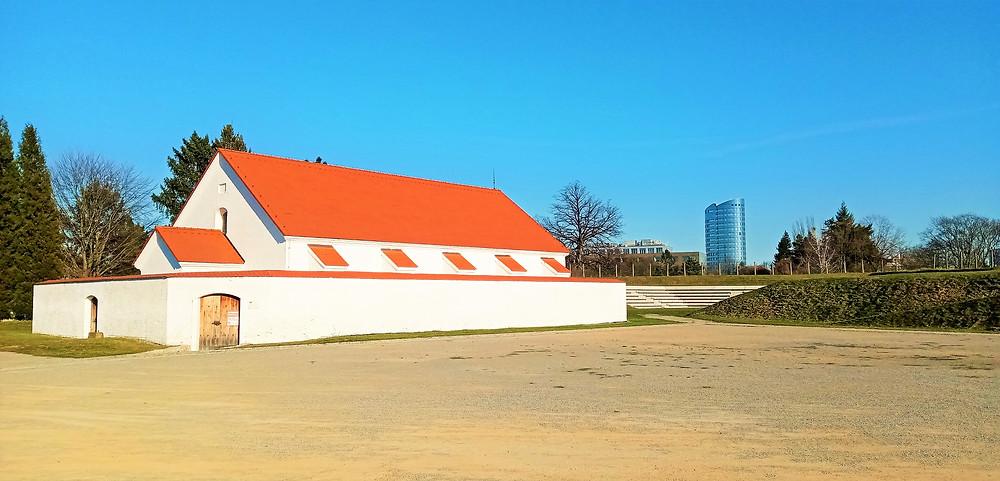 Kontrast barokní a moderní podoby města - to je souboj staré prachárny a nového společenského centra v Olomouci